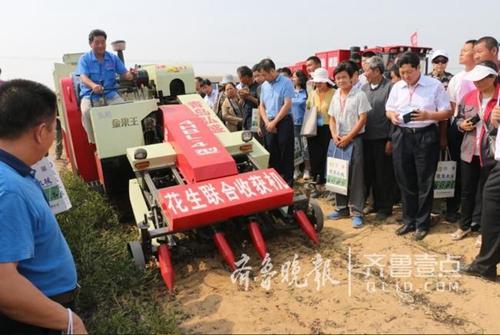 青岛农大自主研发世界首台花生秧果兼收型收获机